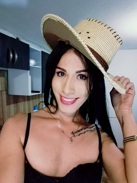 Gorgeous Alysson_rojas12 tips her hat to you.